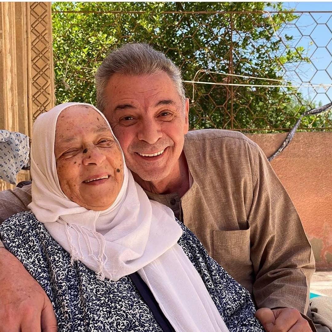 محمود حميدة يعايد جمهوره بالعيد بصحبة والدته..صورة