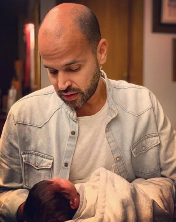 """المطرب أبو صاحب أغنية """"3 دقات"""" يرزق بمولودته الأولى وينشر صورة لها"""