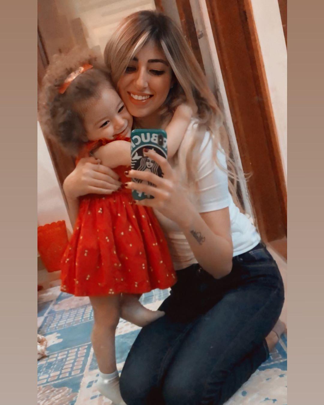 علي ربيع وزوجته يحتفلان بعيد ميلاد ابنتهما الوحيدة مليكة، والشبه بينها وبين والدها لا يصدق