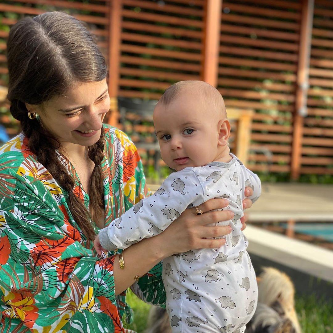 هازال كايا تشعل صفحات الإنستجرام بصورة جديدة رائعة مع طفلها