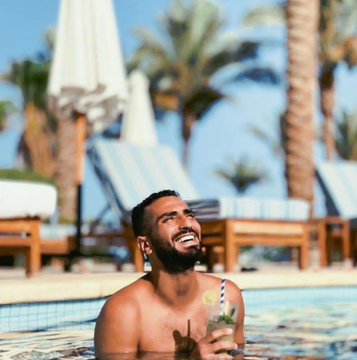 شاهد محمد الشرنوبي يستمتع بشهر العسل في حمام السباحة